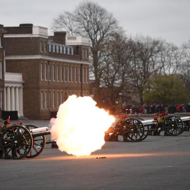 U počasnoj paljbi na Parade Groundu ispred vojarne Woolwich sudjelovala je artiljerija koja datira iz prvog svjetskog rata