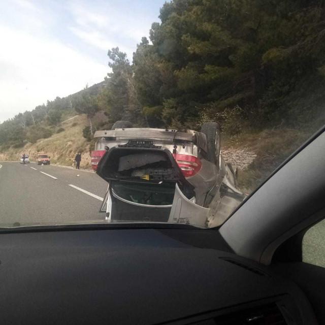 Automobil se prevrnuo nasred ceste D8 u smjeru Omiša