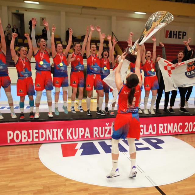 Slika za povijest - 11. travnja 2021. godine - Ragusa na splitskim Gripama slavi osvajanje Kupa 'Ružice Meglaj Rimac', osvojen je prvi trofej u povijesti!!!
