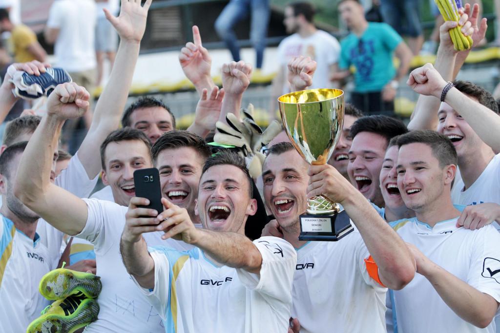 Župa dubrovačka slavi naslov prvaka Prve županijske lige 2017. godine - selfie radi Ante Kovačić, pobjednički pokal je u ruci kapetana Velimira Kajbe