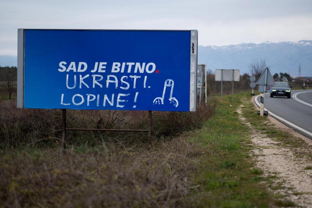Zaton, Zadar 110421<br /> Nepoznati pocinitelj je isarao predizborni plakat HDZ-a na izlazu iz Zatona.<br />
