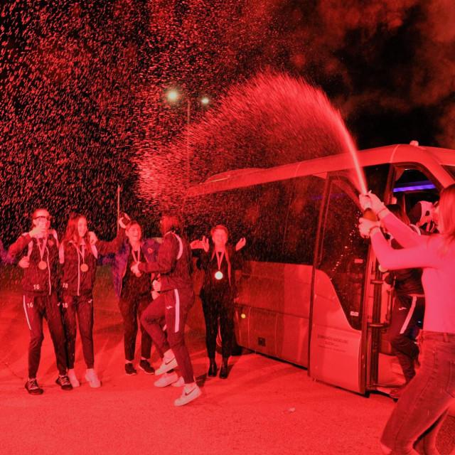 Bengalke, pjesma, šampanjac i pljesak za košarkašice Raguse u Gospinom polju nakon povratka iz Splita