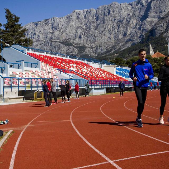 U obnovu atletske staze Grad Makarska i Gradski sportski centar uložili su 500.000 kuna. To je prva sanacija atletske staze od 1990., kada je izgrađena