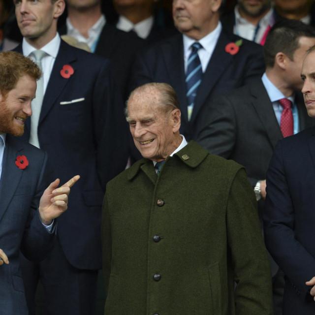 Harry i Willaim s djedom Philipom na utakmici ragbijaškog svjetskog prvenstva u Londonu u listopadu 2015. godine