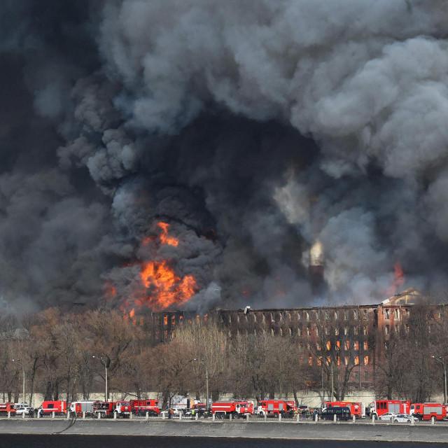 Gašenje požara u povijesnoj tvornici u Saint Petersburgu traje od ponedjeljka.