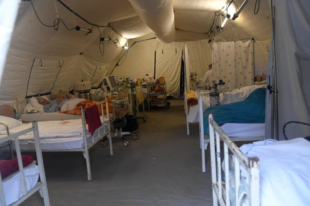 Mobilni šatori u sisačkoj bolnici.