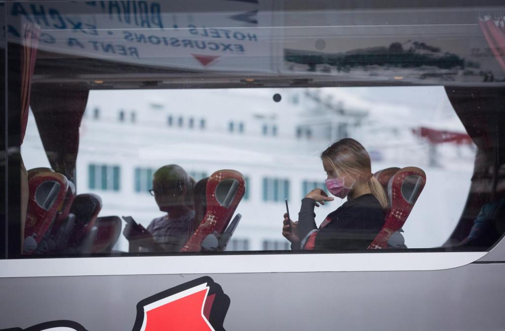 Rijetki putnici na autobusnom kolodvoru.
