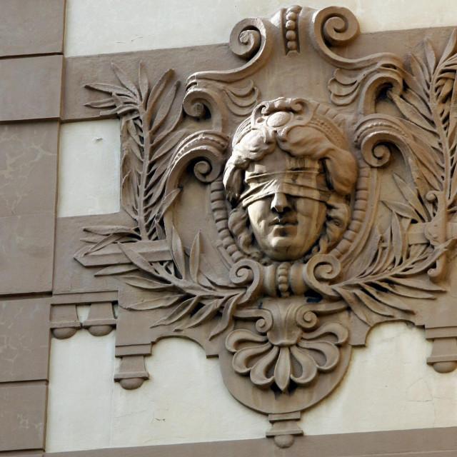 Detalj s fasade Općinskog i Županijskog suda u Rijeci.<br />