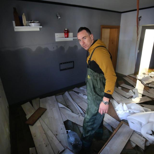 Frane Pervan u svojoj poplavljenoj kući<br />
