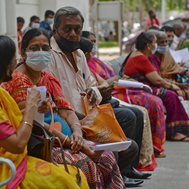 Indijci strpljivo čekaju cijepljenje