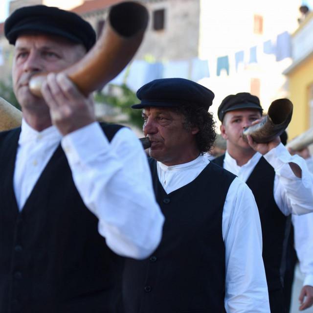 Mjesto Sali, čuveno po svojoj Tovarećoj muzici, odzvanja od skandala<br />