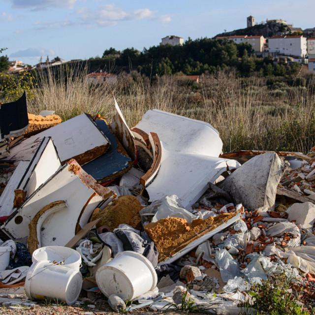 Neodgovorni građani su ilegalnim odlaganjem otpada gotovo zatrpali cestu Turnovac, sjeverno od naselja Kamen