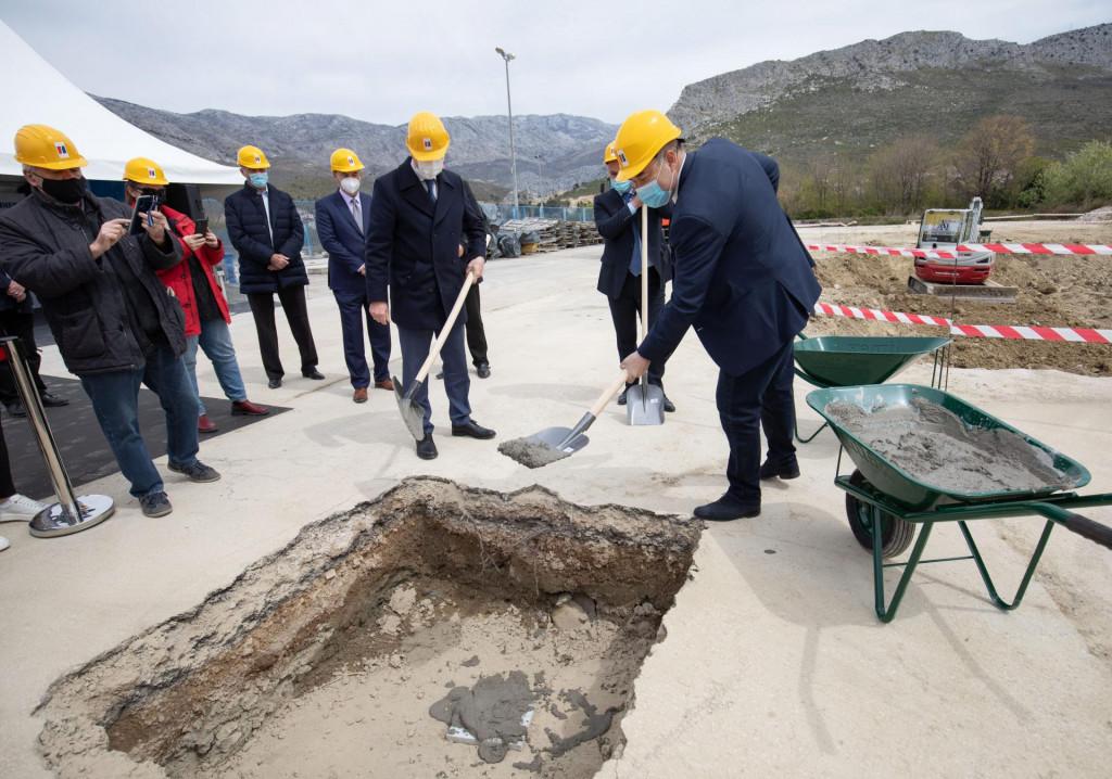 Zajedničkim polaganjem kamena temeljca su Andro Krstulović Opara, Blaženko Boban i Frane Barbarić označili početak radova