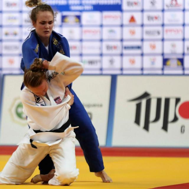 Iva Oberan (bijeli kimono) u svom debiju na Europskom seniorskom prvenstvu. Iako je u ovom trenutku u boljoj poziciji Dankinja Laerke Olsen, na kraju je slavila 21-godišnja judašica Župe dubrovačke