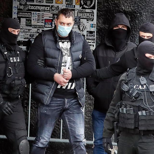 Veljko Belivuk poznat i kao Velja Nevolja u pratnji policajaca