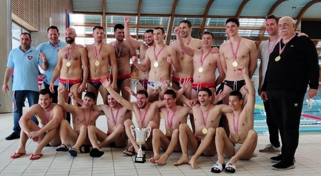 Vaterpolski klub Bellevue s pokalom i zlatnim medaljama Prve 'B' lige nakon turnira u zadarskom Višnjiku
