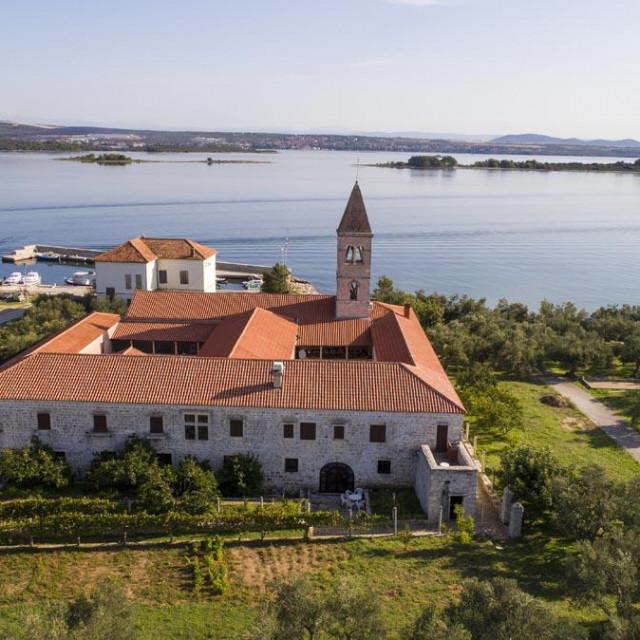 Mjesto Kraj na Pašmanu: ispred franjevačkog samostana je napuštena škola