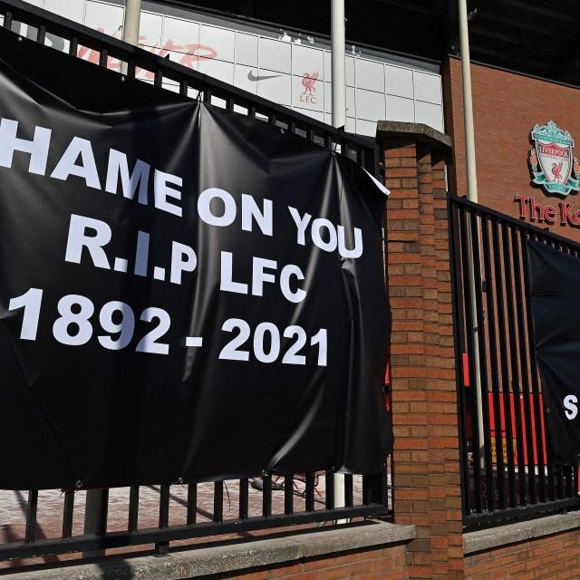 Natpis koji su navijači Liverpoola objesili ispred Anfielda