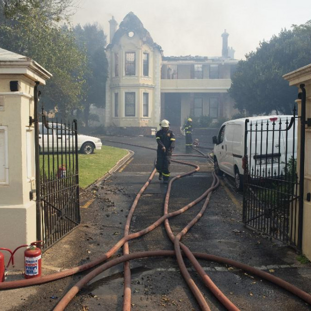 Vatrogasci pregledavaju kuću stradalu u požaru