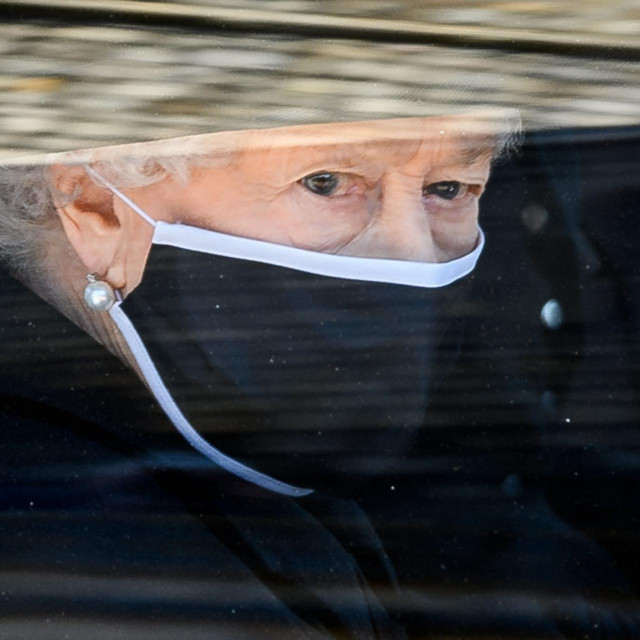 Zamućeni pogled iz Bentleyja za vrijeme sprovodne procesije princa Philipa