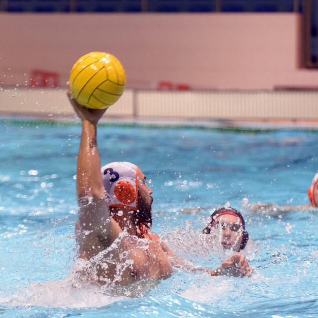 U šibenskom zatvorenom bazenu u Crnici u četvrtfinalu našli su se vaterpolisti Solarisa i gostiju iz Rijeke Primorja EB