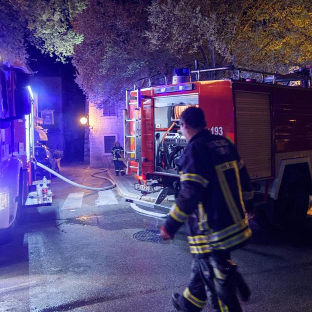 Vatrogasci su cijelu noć osiguravali područje oko požarišta