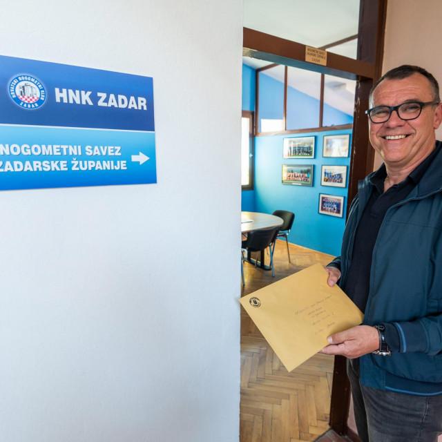 SPECIJAL: SD<br /> Zadar, 200421<br /> Na fotografiji: Darko Banic predaje kandidaturu za predsjednika Zupanijskog nogometnog saveza.<br />