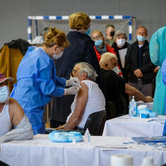 Masovno cijepljenje u dvorani na Baldekinu