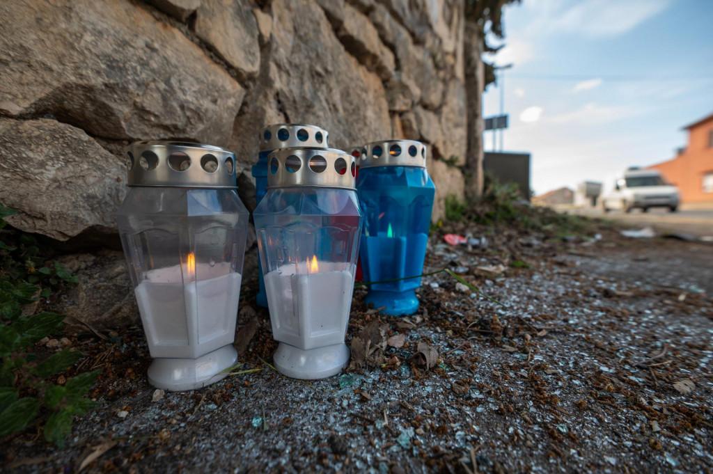 Na mjestu prometne nesreće u kojoj su poginuli mladići upaljene su svijeće.
