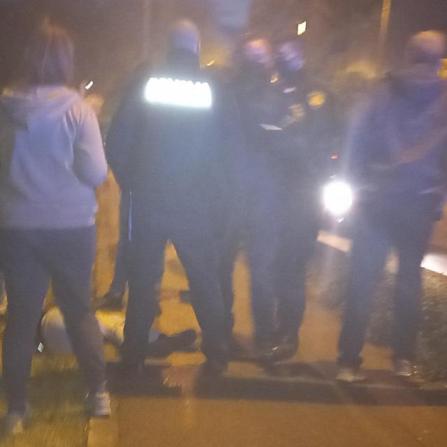 Policija i svjedoci pored napadnutog mladića koji nepomično leži na nogostupu ulice Bana Josipa Jelačića