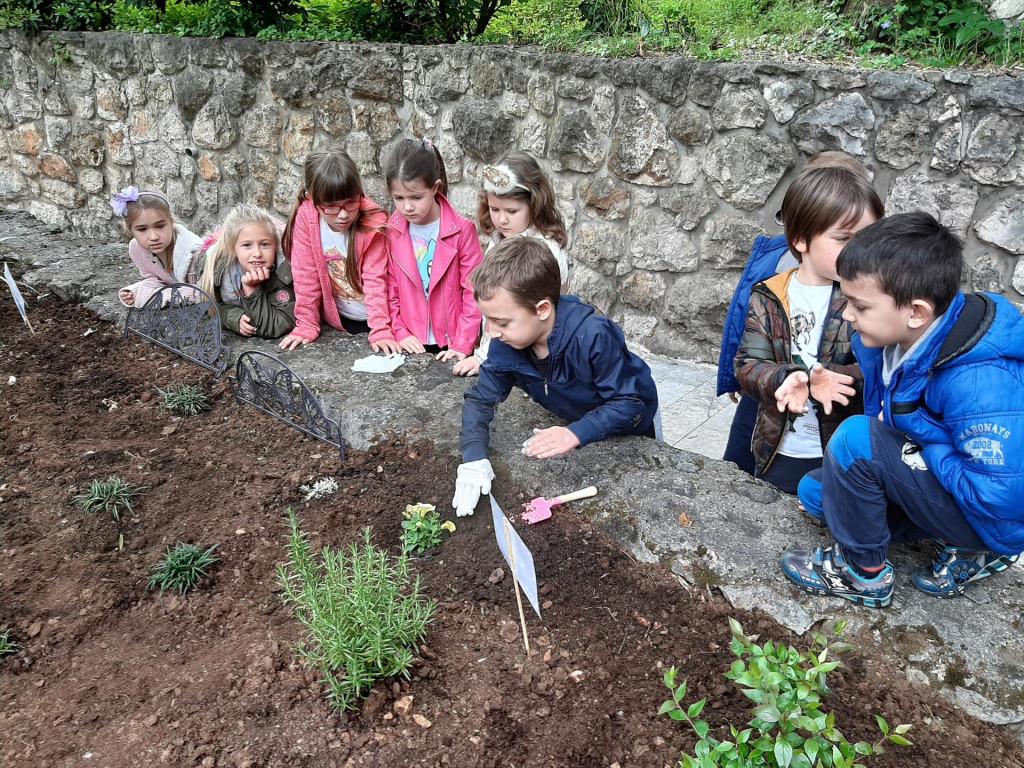 Djeca Cicibana sade cvijeće za Dan planete Zemlja