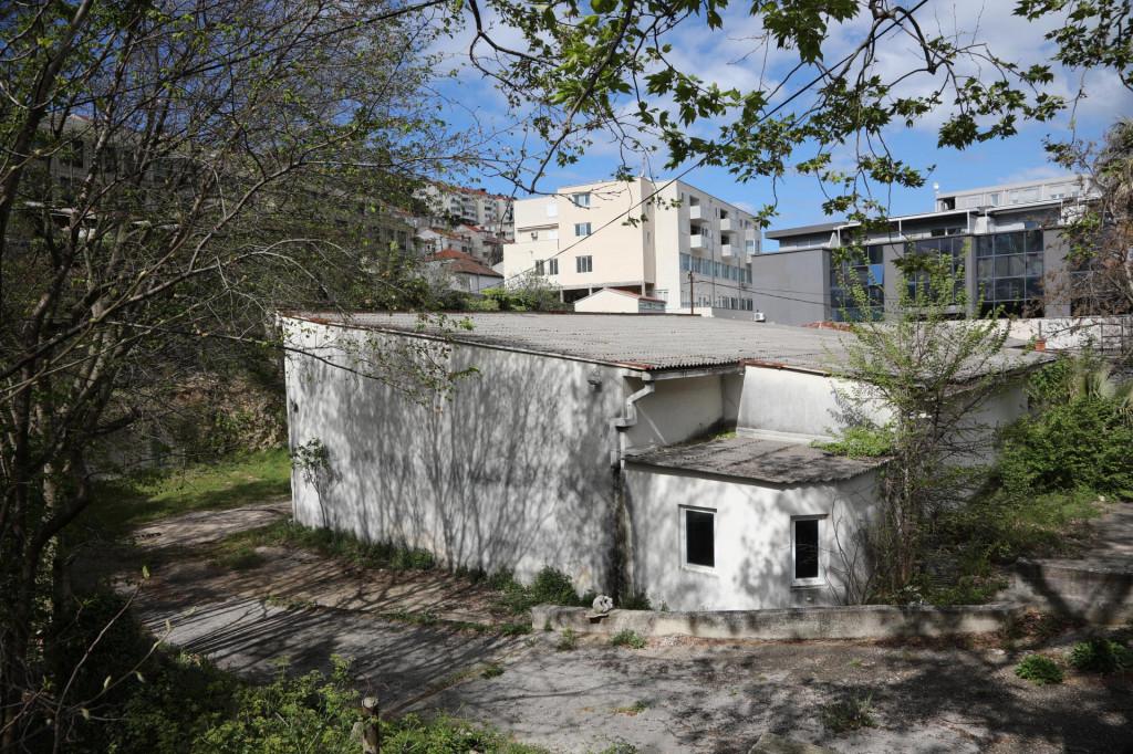 Raščišćava se teren pred skori početak gradnje stambeno-poslovne zgrade investitora BETA NEKRETNINE d.o.o.