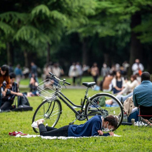 Ljudi uživaju u proljetnom vremenu; ilustracija