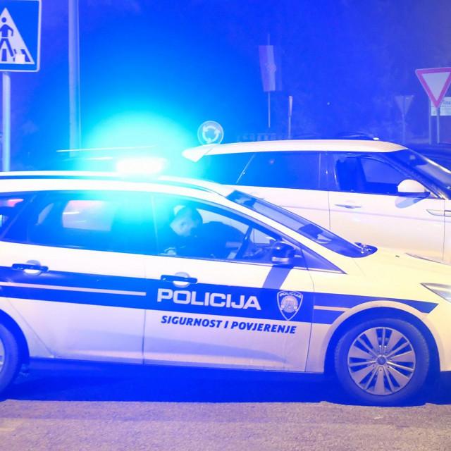 Zagreb, 270120.<br /> U vecernjim satima na Barutanskom jarku u Maksimiru doslo je pucnjave. Razbojnik je propucao covjeka koji ga je zatekao u provali automobila marke Land Rover. Nakon potjere u kojoj je vatreno oruzje koristila i policija razbojnik je uhicen.<br /> Na fotografiji: policijski ocevid.<br />