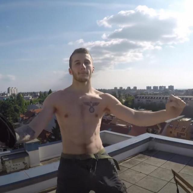 U spotu za Zizijevu pjesmu 'After na krovu' vidi se da na prsima ima tetovažu orla, identičnu grbu Trećeg Reicha