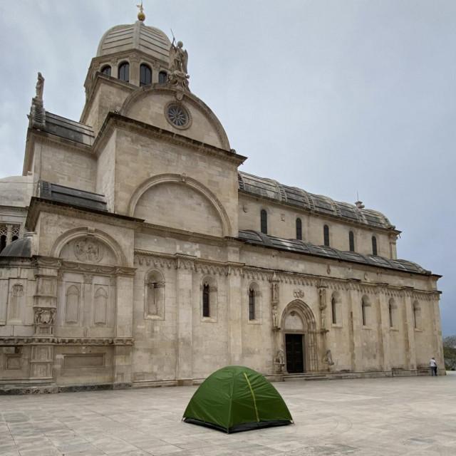 Zekanović je postavio šator ispred katedrale te tako još jednom negodovao zbog namjere gradskih vlasti da kod tvrđave sv. Ivane postave turski yurt