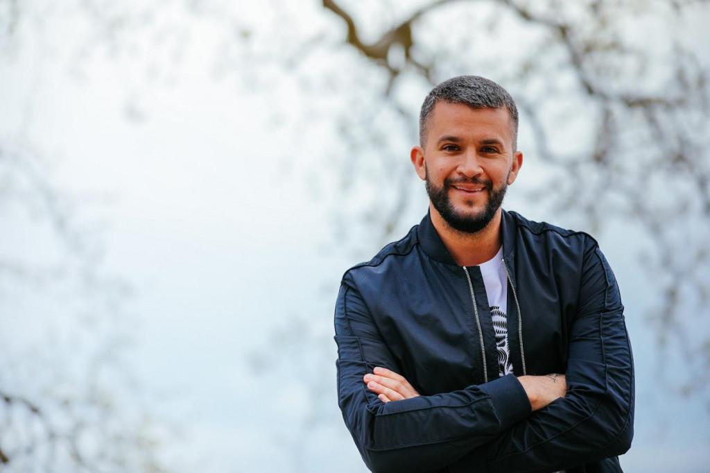 Pjevač Damir Kedžo, poseban gost ovogodišnje Konovizije, snimljen u Franjevačkom samostanu u Pridvorju