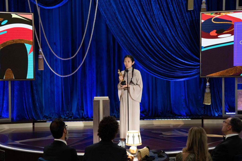 Chloe Zhao prima Oscara za režiju 'Zemlje nomada'