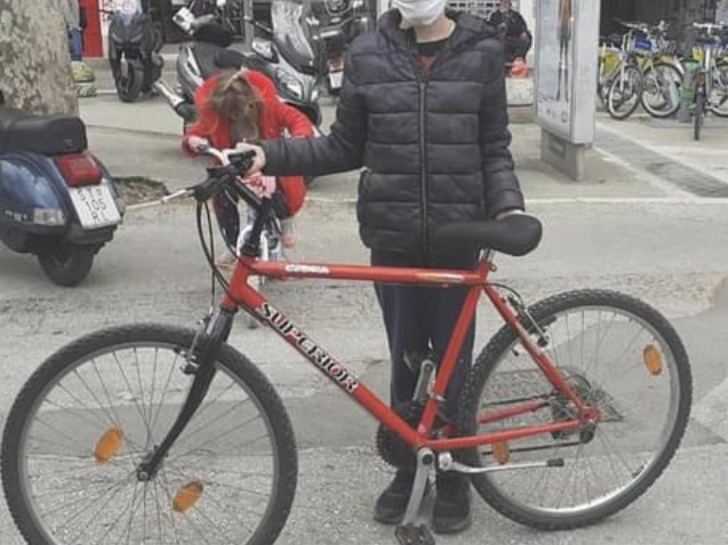 Ovo je taj bicikl, ako ste ga vidjeli javite se na dolje napisan broj mobitela. Također, možete donirati i novi bicikl dječaku