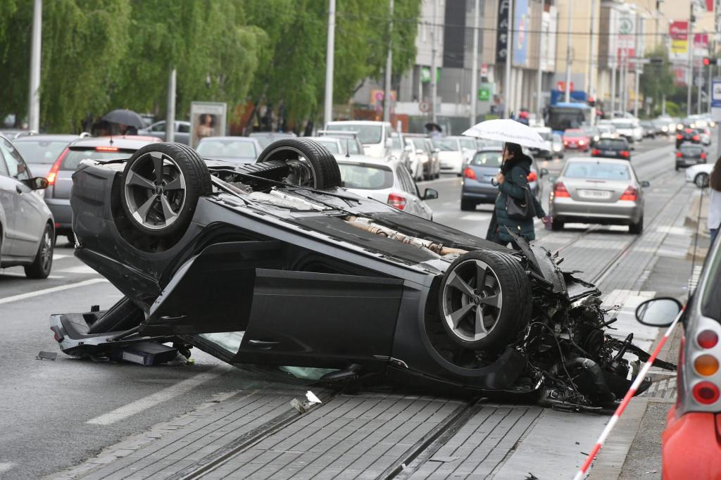 Zagreb, 260421.<br /> Dubrava kod Lidla.<br /> Teska prometna nesreca u kojoj je sudjelovalo vise automobila.<br />