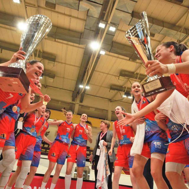 Kup je naš - slave košarkašice Raguse na splitskim Gripama 11. travnja osvajanje prvog trofeja u povijesti kluba