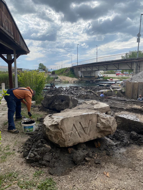 Na Maloj rivi, sjeverno od mosta na ulazu u mjesto Vid iskopano je više kamenih rimskih blokova