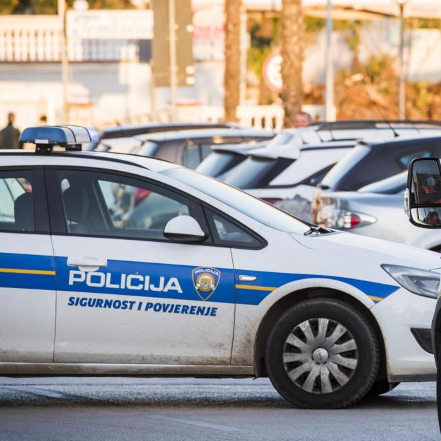 Vodice, 210221.<br /> Mladic u centru Vodica koji je satima prijetio da ce se baciti sa zgrade predao se policiji.<br />