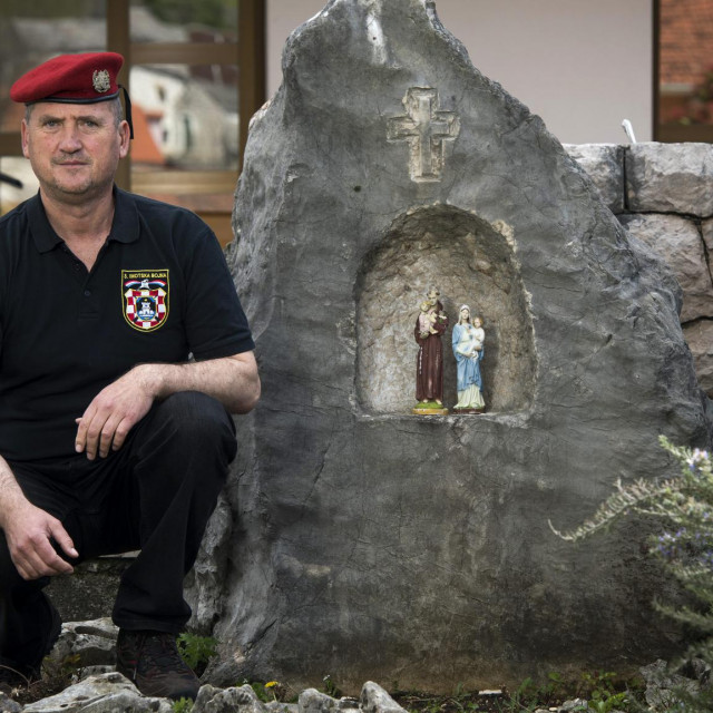 Ante Topić uz kapelicu koju je izdubio u kamenu