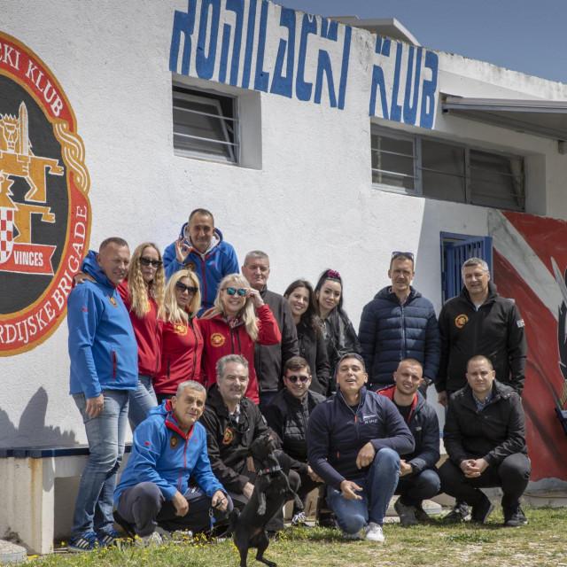 Članovi kluba i polaznici radionice ispred prostorija kluba
