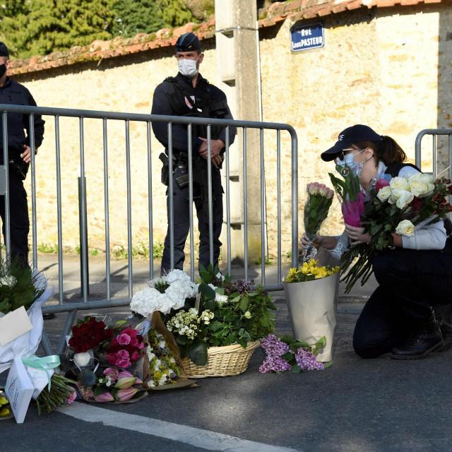 Cvijeće ispred policijske stanice u blizini Pariza gdje je nesretna policijska administrativna djelatnica probodena nožem