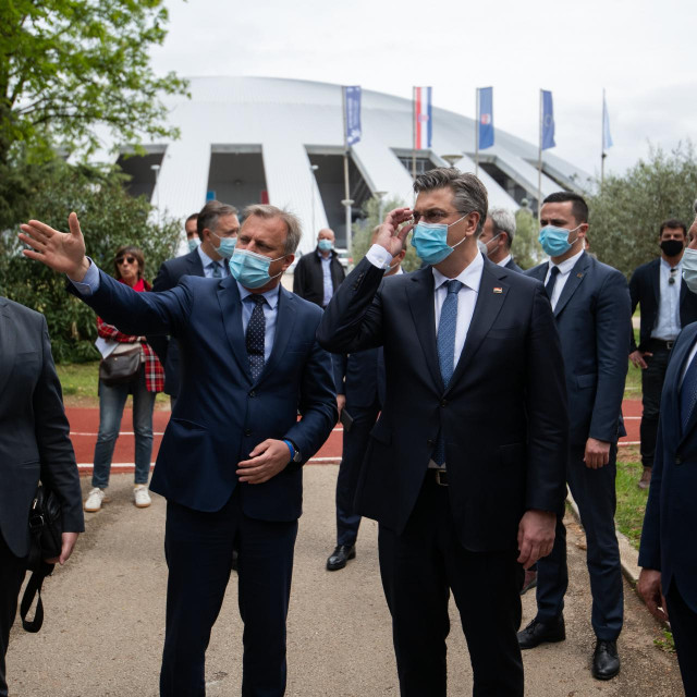 Zadar, 280421<br /> Premijer Andrej Plenkovic je danas u drustvu zadarskog gradonacelnika Branka Dukica i zupana Bozidara Longina sa suradnicima obisao SC Visnjik.<br /> Na fotografiji: premijer na Visnjiku u drustvu gradonacelnika i zupana.<br />