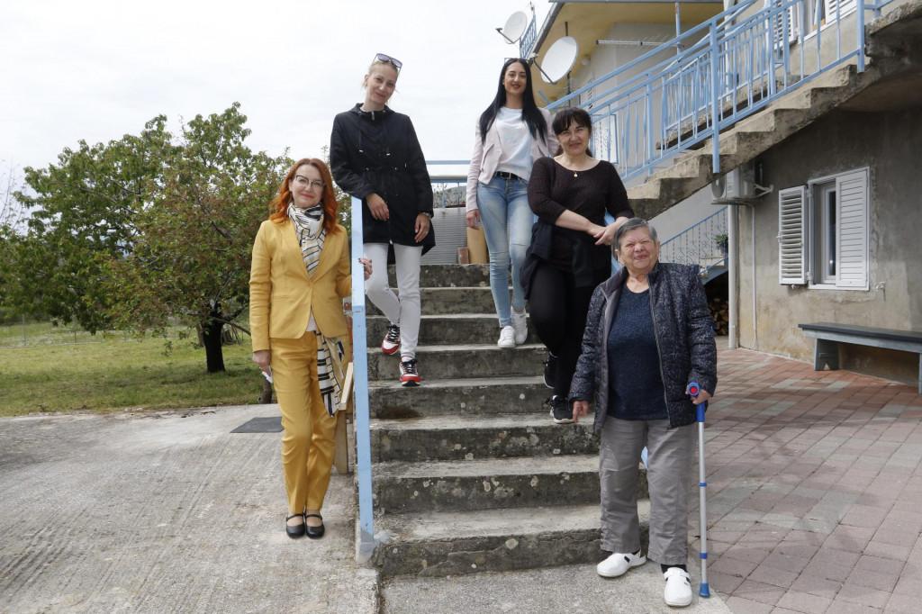 Predsjednica udruge Natali Stanić, koordinatorica projekta Petra Mimica, voditeljica projekta Anea Rodić, djelatnica Ankica Ralica i korisnica Senka Nejašmić