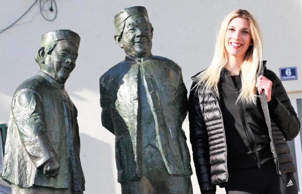 Dubrovkinja Lara Dežulović, odbojkašica Marina Kaštela, u điru po Kaštelima