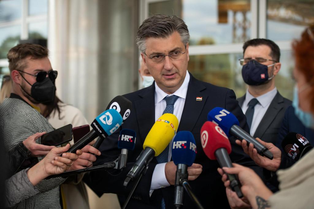 Zadar, 280421<br /> Premijer Andrej Plenkovic je danas u drustvu zadarskog gradonacelnika Branka Dukica i zupana Bozidara Longina sa suradnicima obisao SC Visnjik.<br /> Na fotografiji: premijer na Visnjiku.<br />
